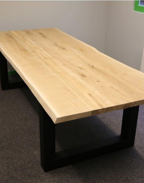 Eiken tafel met stalen onderstel vierkante koker